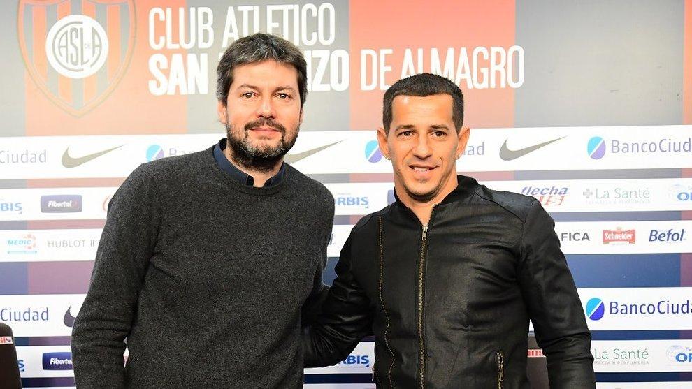 Matías Lammens y Leandro Romagnoli posan al final de la conferencia