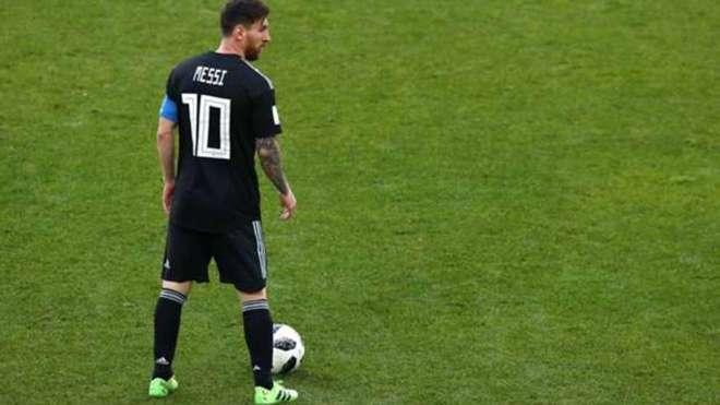 Leo Messi con el uniforme suplente ante Islandia 94d76e4595263