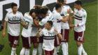 Todos abrazan a Vela, el autor del primer gol.