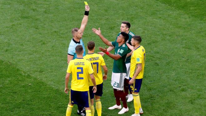 Nestor Pitana tuvo un polémico encuentro entre México y Suecia