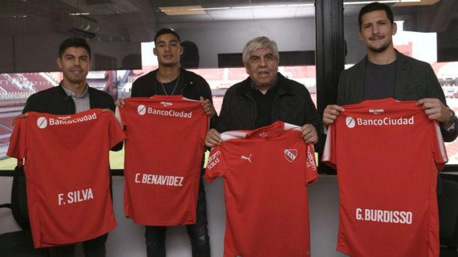 Hugo Moyano posa junto a Silva, Benavídez y Burdisso