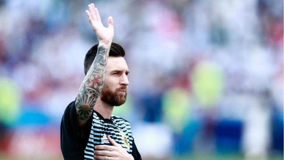 Leo Messi saluda a la hinchada Argentina