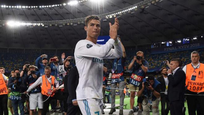 Cristiano Ronaldo aplaude a la afición del Real Madrid.