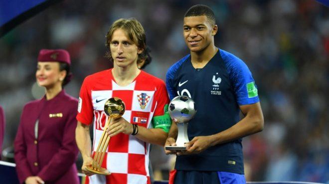 Modric y Mbappé con sus premios.