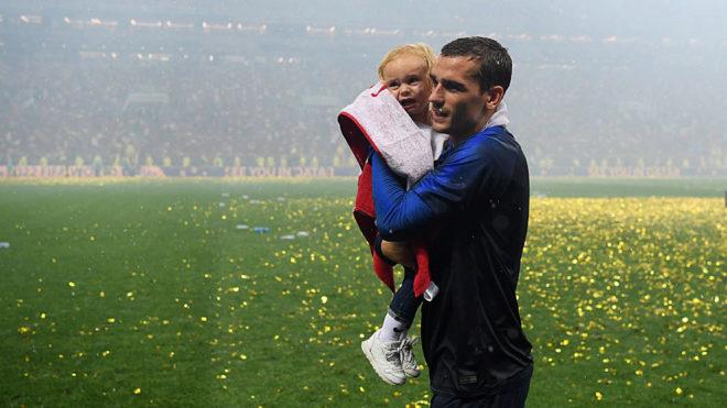 Griezmann celebra sobre el césped de Luzhniki junto a su hija.