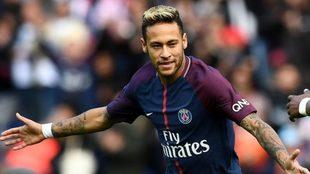 Neymar festeja un gol en París Saint-Germain