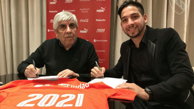 Martín Benítez firma su nuevo contrato con Independiente.