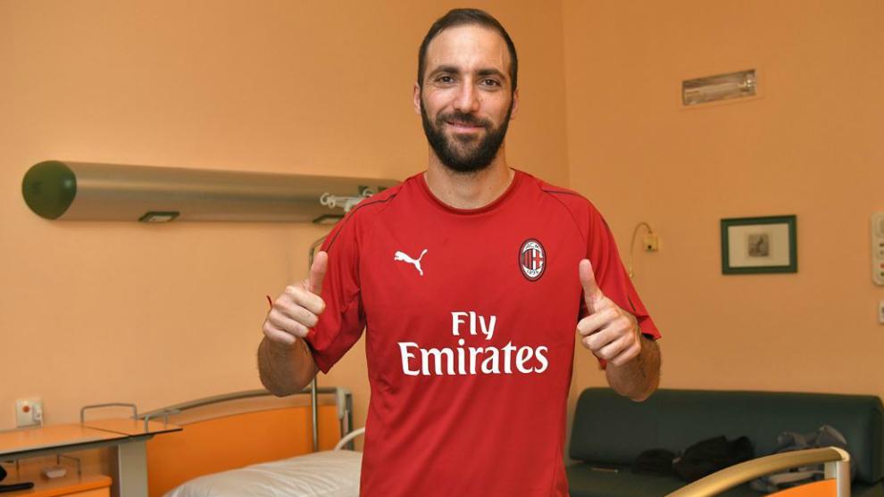 Higuaín con la camiseta del Milan.