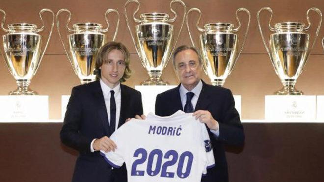 Modric junto a Florentino Pérez, tras renovar hasta 2020.
