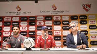 Ariel Holan junto a Martín Campaña en conferencia de prensa