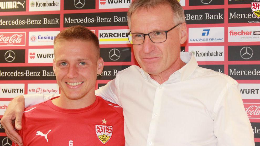 Ascacibar posa con  Michael Reschke, director deportivo del Stuttgart.