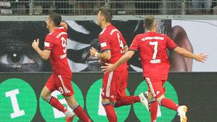 Lewandowski celebra uno de sus tres tantos en la final de la Supercopa...