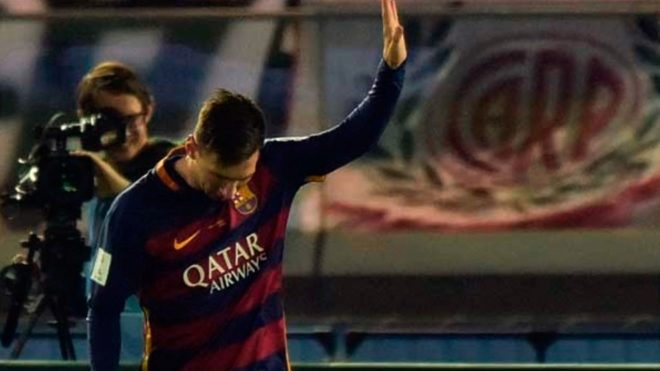 Messi anota el 1-0 parcial vs River en la final del Mundial de Clubes...