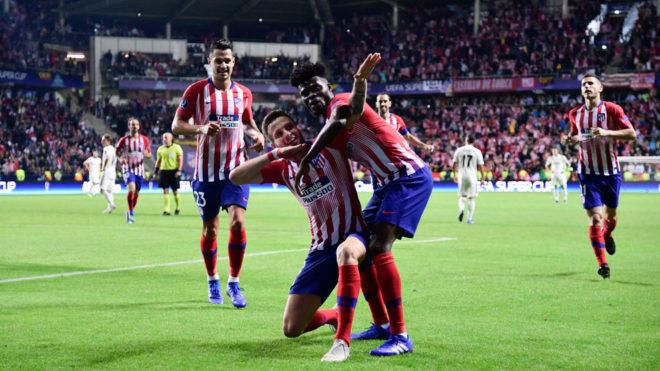 Saúl celebra su gol junto a Thomas, autor del pase.