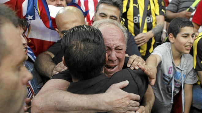 El 'Cholo' Simeone recibe el abrazo de su padre Carlos.