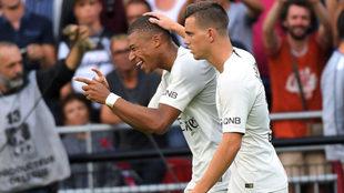 Lo Celso celebra junto a Mbappé un gol del PSG.