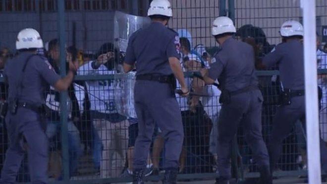 El choque entre la policía local y la parcialidad del Santos de...