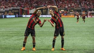 Miguel Almirón y Josef Martínez celebran un gol con Atlanta United.