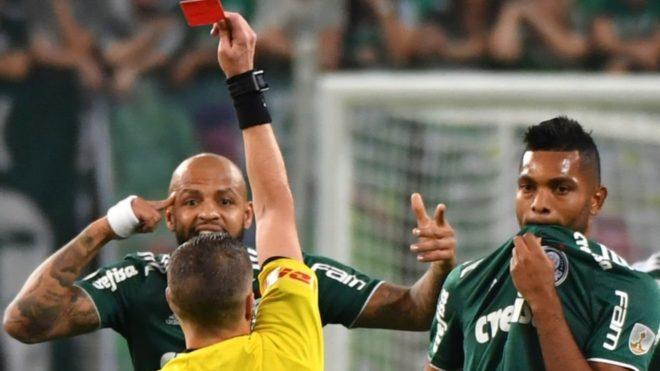 Germán Delfino expulsa a Felipe Melo