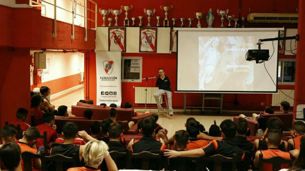 Javier Hernández durante la conferencia 'De los pies a la cabeza'.