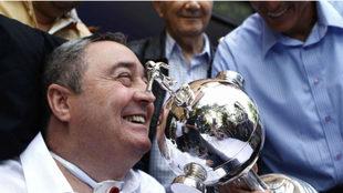 Montoya agarra la Copa Libertadores que ganó con el Once Caldas.