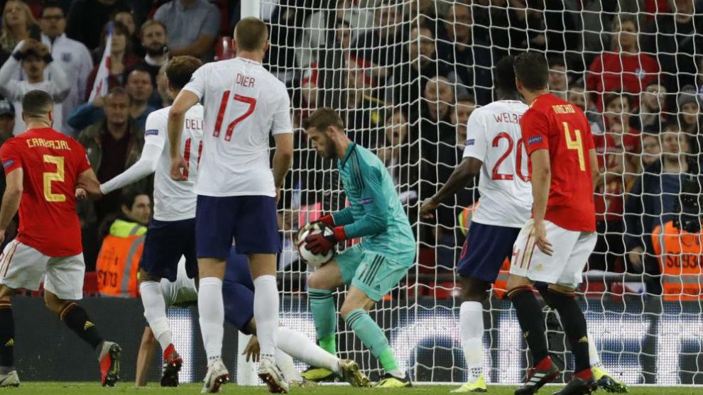De Gea detiene un balón en el partido contra Inglaterra.