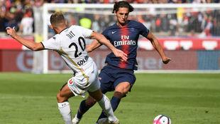 Rabiot encara a Tait durante el partido del PSG contra el Angers