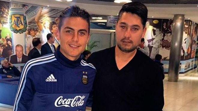Paulo junto a su hermano Gustavo en el predio de AFA