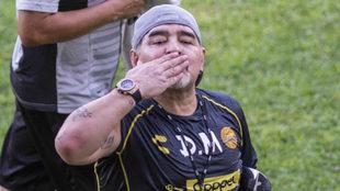 Maradona lanza un beso a la grada en el primer entrenamiento de...