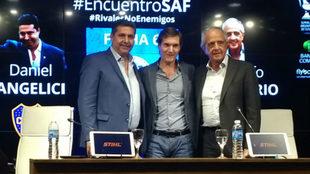 Los presidentes de Boca y River junto al mandamás de la Superliga,...