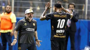 El saludo entre los dos 'diez', Vinicio y Diego.