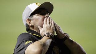 Diego Maradona agradeciendo a la afición en la cancha del Banorte.