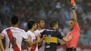 Vigliano le muestra la tarjeta roja  Fernando Gago en el Monumental.