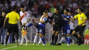 Enzo Pérez fue expulsado por burlarse de Ricardo Centurión