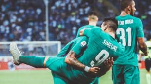 Gio Simeone celebra su gol con sus compañeros.