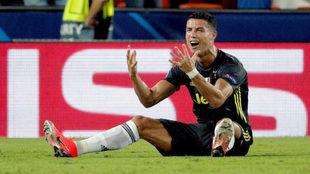 Cristiano se lamenta tras ser expulsado ante el Valencia.