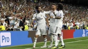 Ramos y Marcelo felicitan a Isco por su gol de falta ante la Roma.