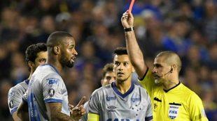 Cruzeiro exige a Conmebol que le quiten la roja a Dedé