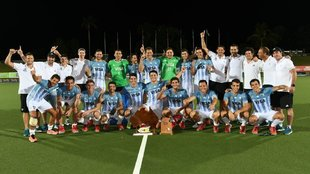 Los Leones con la copa del Cuatro Naciones tras vencer a Australia