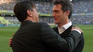Amistoso saludo entre Guillermo y Gallardo, antes del partido.