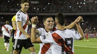Los jugadores de River celebran la victoria ante Independiente en...