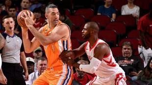 Luis Scola, en acción ante los Rockets