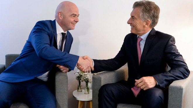 Mauricio Macri, junto al presidente de la FIFA