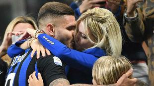 Icardi celebra un gol con su mujer Wanda.