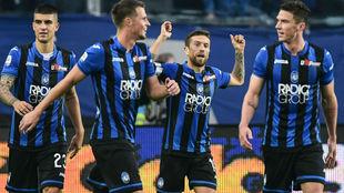 Papu Gómez celebra su gol con sus compañeros.