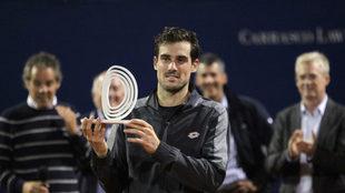 Pella muestra el trofeo como ganador del Challenger de Montevideo