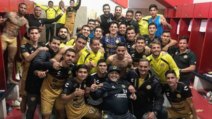 Maradona posa con todo su equipo tras un triunfo.