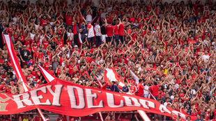 Los hinchas de Independiente animan a su equipo.