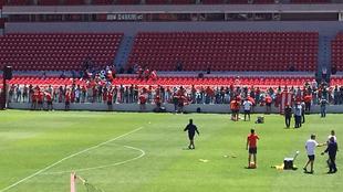 Los jugadores del Rojo le firmaron autógrafos a los hinchas presentes...