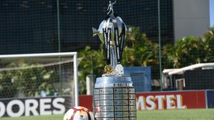 El trofeo de la Copa junto a las medallas